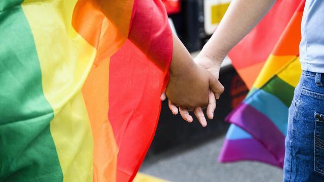 Η ομάδα ΛΟΑΤΚΙ+ του ΣΥΡΙΖΑ καταδικάζει την ομοφοβική επίθεση αστυνομικών κατά του Ηλία Γκιώνη