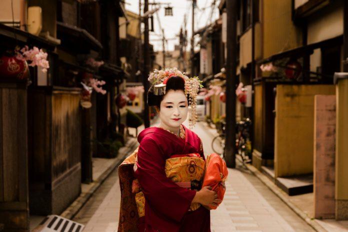 geisha paradosiaki stoli