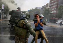 Άγρια επεισόδια και μαζική καταστολή στη Χιλή με χιλιάδες διαδηλωτές να ξεσπούν εναντίον του προέδρου της χώρας, Σεμπαστιάν Πινιέρα, ζητώντας την παραίτησή του