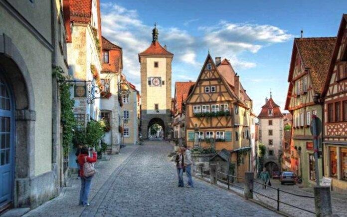 Οι κάτοικοι μιας γειτονιάς στην κεντρική Γερμανία, έμειναν άναυδοι όταν πληροφορήθηκαν πως μία ηλικιωμένη γειτόνισσά τους, τους άφησε κληρονομιά 6,2 εκατομμύρια ευρώ.